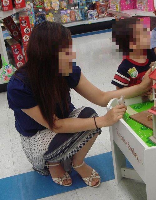 【画像】子供に微笑むママのしゃがみパンチラの背徳感エロ過ぎwww 35枚 No.14