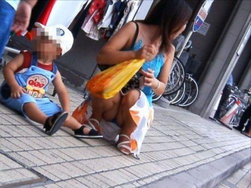 【画像】子供に微笑むママのしゃがみパンチラの背徳感エロ過ぎwww 35枚 No.16