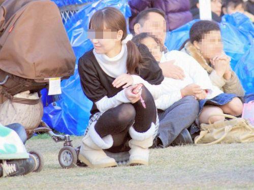 【画像】子供に微笑むママのしゃがみパンチラの背徳感エロ過ぎwww 35枚 No.20