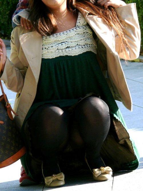 【画像】子供に微笑むママのしゃがみパンチラの背徳感エロ過ぎwww 35枚 No.21