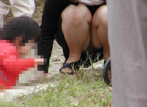 【画像】子供に微笑むママのしゃがみパンチラの背徳感エロ過ぎwww 35枚 No.22