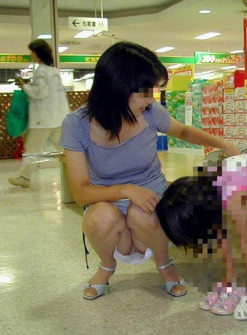【画像】子供に微笑むママのしゃがみパンチラの背徳感エロ過ぎwww 35枚 No.25