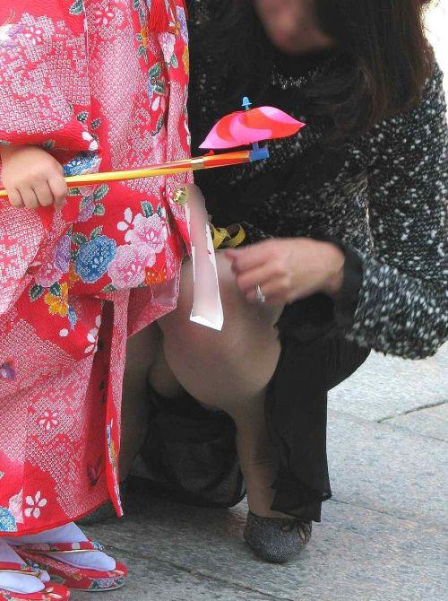 【画像】子供に微笑むママのしゃがみパンチラの背徳感エロ過ぎwww 35枚 No.26