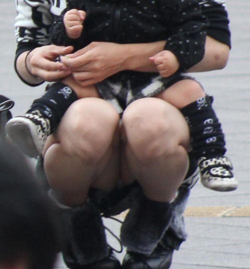 【画像】子供に微笑むママのしゃがみパンチラの背徳感エロ過ぎwww 35枚 No.29