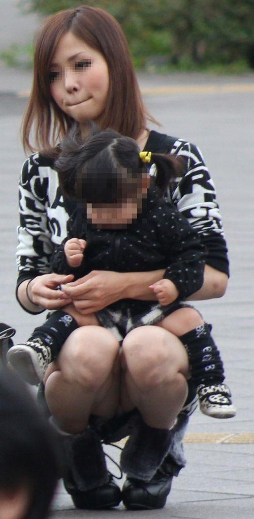 【画像】子供に微笑むママのしゃがみパンチラの背徳感エロ過ぎwww 35枚 No.30