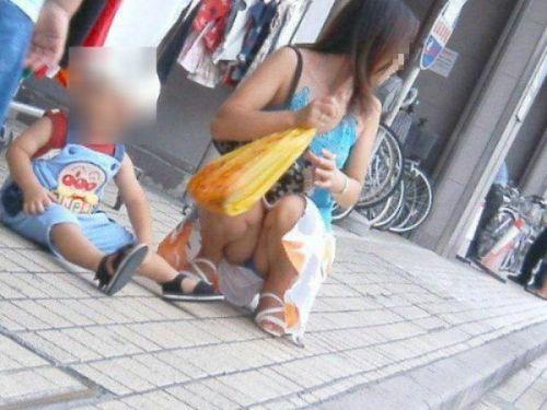【画像】子供に微笑むママのしゃがみパンチラの背徳感エロ過ぎwww 35枚 No.32