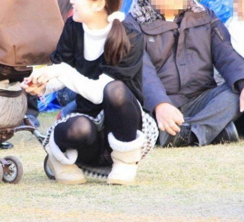 【画像】子供に微笑むママのしゃがみパンチラの背徳感エロ過ぎwww 35枚 No.34