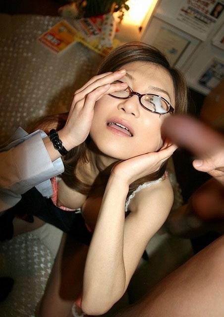 【画像】眼鏡っ娘の眼鏡にザーメンぶっかける顔射がエロ過ぎるwww 34枚 No.11