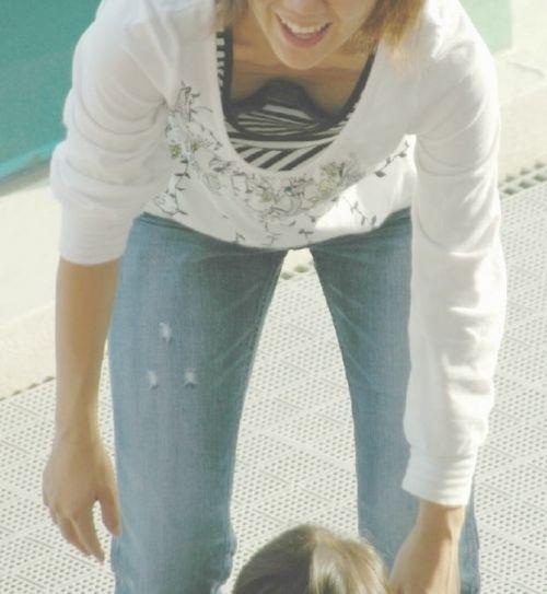 子連れの若くてボインな巨乳ママの前屈み胸チラ盗撮画像 34枚 No.6