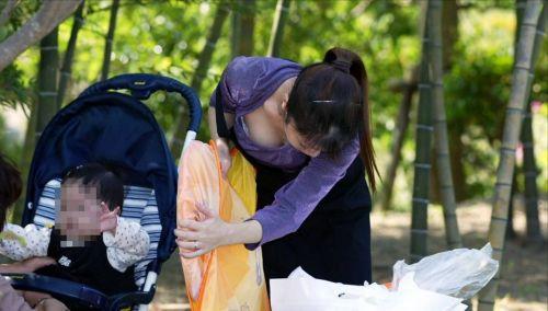 子連れの若くてボインな巨乳ママの前屈み胸チラ盗撮画像 34枚 No.12
