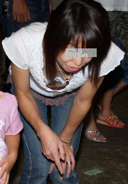 子連れの若くてボインな巨乳ママの前屈み胸チラ盗撮画像 34枚 No.24