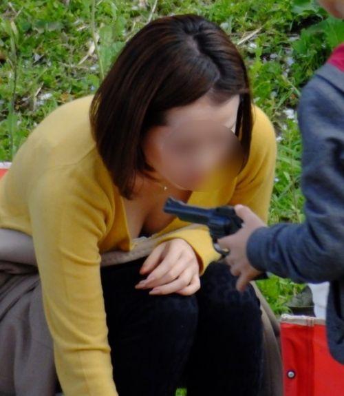 子連れの若くてボインな巨乳ママの前屈み胸チラ盗撮画像 34枚 No.28