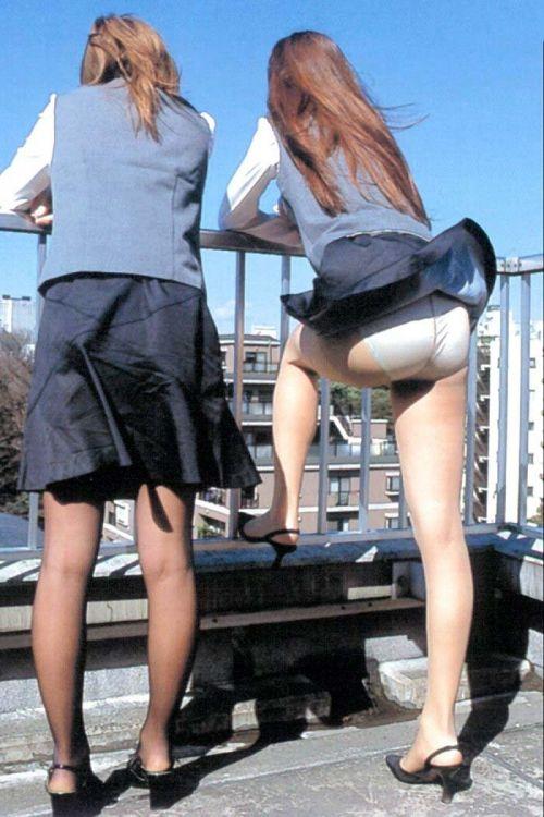 ストッキングを履いたお姉さんが風でパンチラしちゃうエロ画像 37枚 No.13
