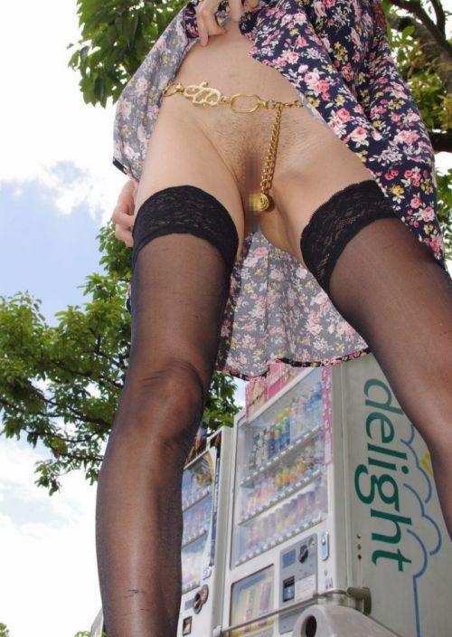 野外で露出狂な美女達がM字開脚でオマンコ濡らしてるエロ画像 38枚 No.20