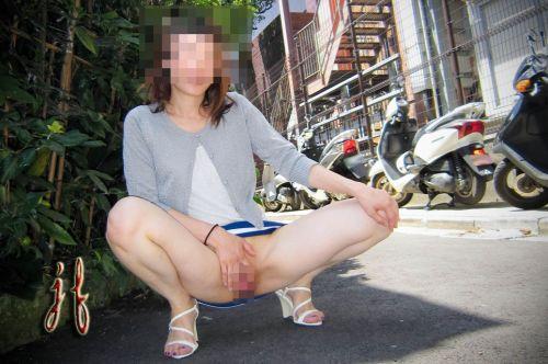 野外で露出狂な美女達がM字開脚でオマンコ濡らしてるエロ画像 38枚 No.34