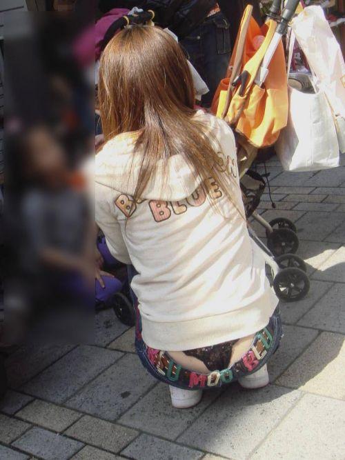 子連れママのローライズやTバックパンティなしゃがみお尻エロ画像 35枚 No.3