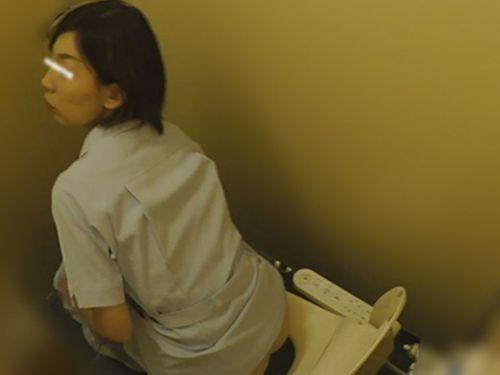 看護師(ナース)が病院のトイレでお○っこしてるのを盗撮したエロ画像 35枚 No.8