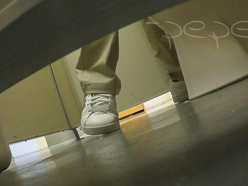 看護師(ナース)が病院のトイレでお○っこしてるのを盗撮したエロ画像 35枚 No.18