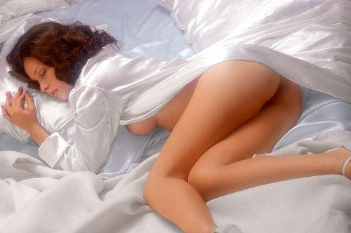 裸族の本場海外女性がお尻丸出しで寝てるのを盗撮したエロ画像 32枚 No.3