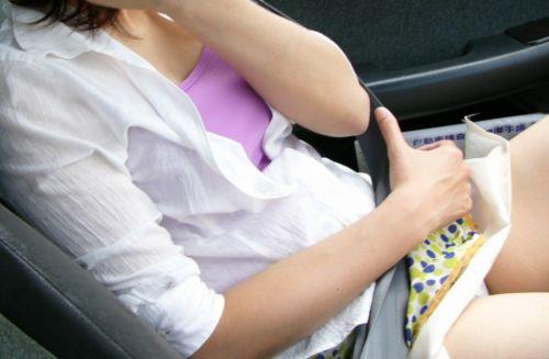 車の中で下着姿やスケパンでマン毛を晒しちゃう女の子のエロ画像 32枚 No.4