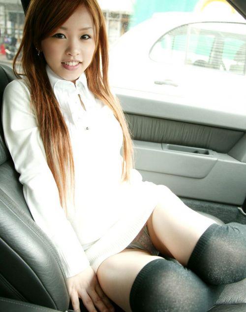 車の中で下着姿やスケパンでマン毛を晒しちゃう女の子のエロ画像 32枚 No.11