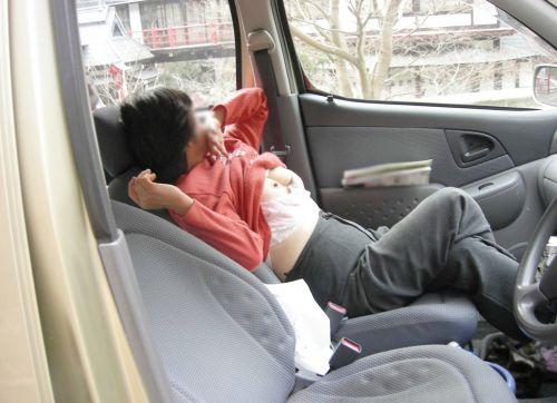 車の中で下着姿やスケパンでマン毛を晒しちゃう女の子のエロ画像 32枚 No.20