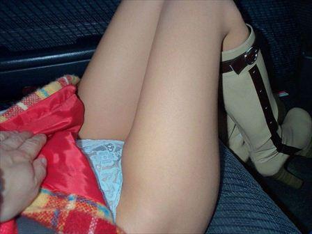 車の中で下着姿やスケパンでマン毛を晒しちゃう女の子のエロ画像 32枚 No.22