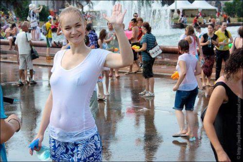 【海外】ノーブラ貧乳外国人の胸ポチを街撮り盗撮したエロ画像 31枚 No.5