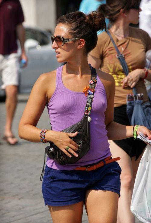 【海外】ノーブラ貧乳外国人の胸ポチを街撮り盗撮したエロ画像 31枚 No.10