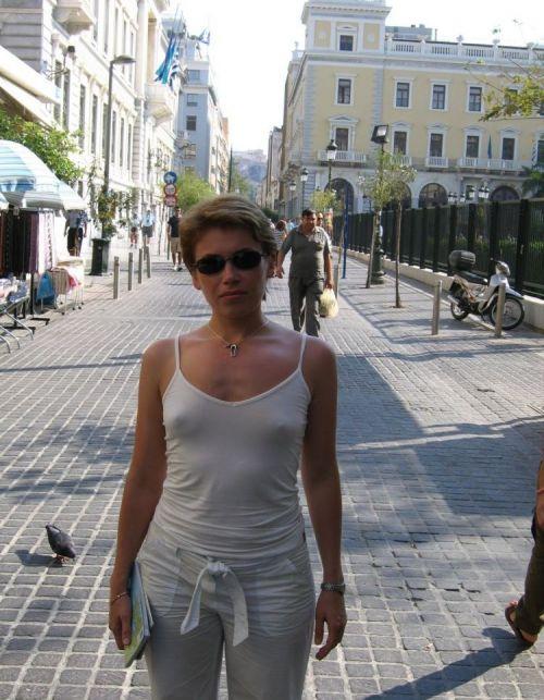【海外】ノーブラ貧乳外国人の胸ポチを街撮り盗撮したエロ画像 31枚 No.11