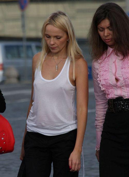 【海外】ノーブラ貧乳外国人の胸ポチを街撮り盗撮したエロ画像 31枚 No.15