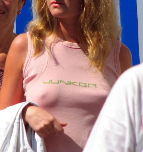 【海外】ノーブラ貧乳外国人の胸ポチを街撮り盗撮したエロ画像 31枚 No.16