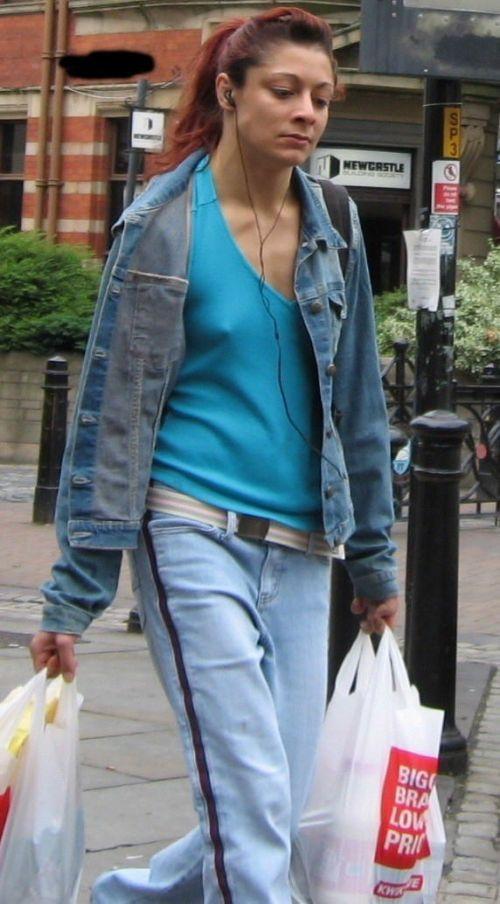 【海外】ノーブラ貧乳外国人の胸ポチを街撮り盗撮したエロ画像 31枚 No.18