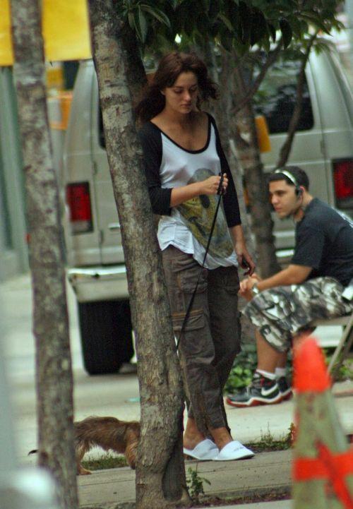 【海外】ノーブラ貧乳外国人の胸ポチを街撮り盗撮したエロ画像 31枚 No.19