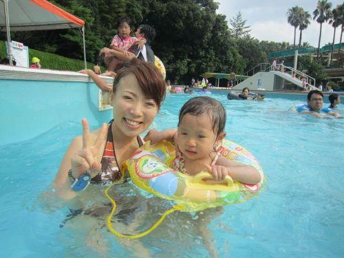 【画像】プールや海で子連れのママ達のビキニ姿が勃起不可避だわwwww 44枚 No.1