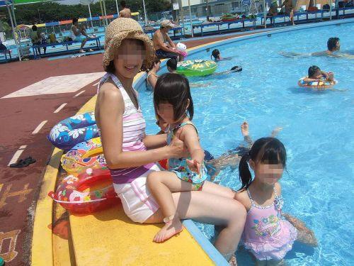 【画像】プールや海で子連れのママ達のビキニ姿が勃起不可避だわwwww 44枚 No.4