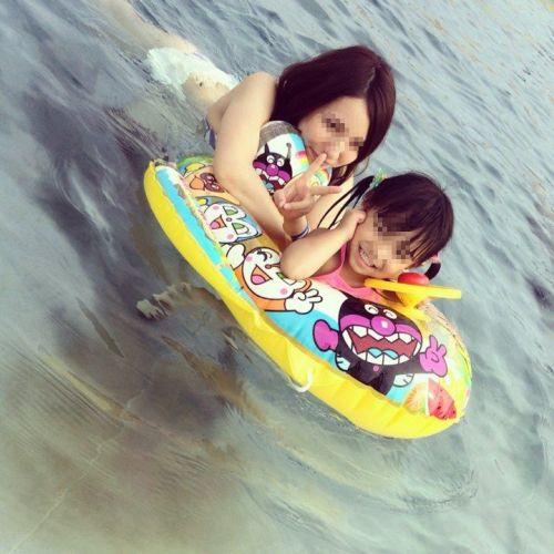 【画像】プールや海で子連れのママ達のビキニ姿が勃起不可避だわwwww 44枚 No.5