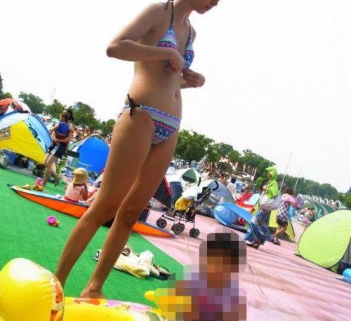 【画像】プールや海で子連れのママ達のビキニ姿が勃起不可避だわwwww 44枚 No.12