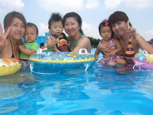 【画像】プールや海で子連れのママ達のビキニ姿が勃起不可避だわwwww 44枚 No.14