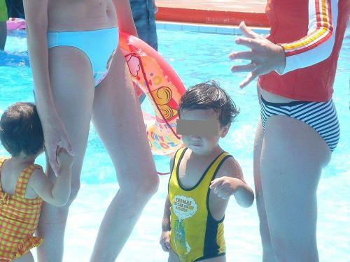 【画像】プールや海で子連れのママ達のビキニ姿が勃起不可避だわwwww 44枚 No.16