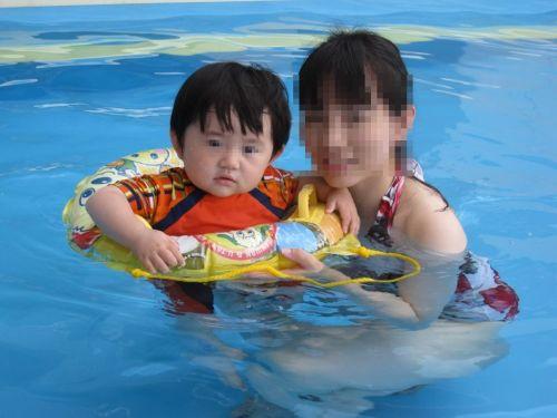 【画像】プールや海で子連れのママ達のビキニ姿が勃起不可避だわwwww 44枚 No.26
