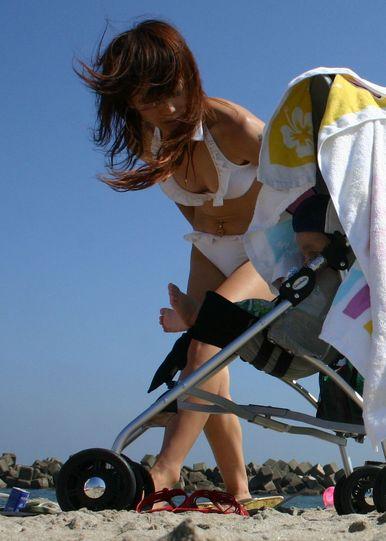 【画像】プールや海で子連れのママ達のビキニ姿が勃起不可避だわwwww 44枚 No.34