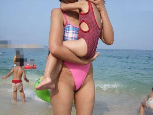【画像】プールや海で子連れのママ達のビキニ姿が勃起不可避だわwwww 44枚 No.36