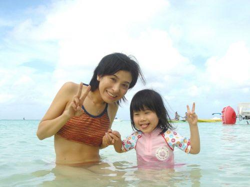 【画像】プールや海で子連れのママ達のビキニ姿が勃起不可避だわwwww 44枚 No.41