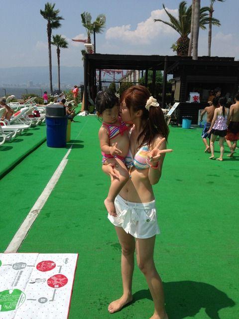 【画像】プールや海で子連れのママ達のビキニ姿が勃起不可避だわwwww 44枚 No.43