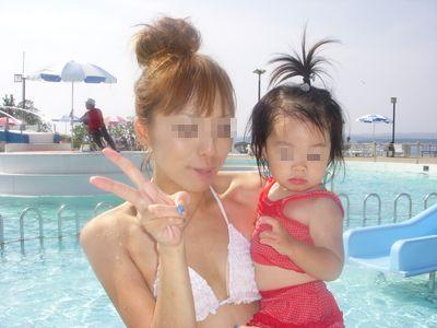 【画像】プールや海で子連れのママ達のビキニ姿が勃起不可避だわwwww 44枚 No.44