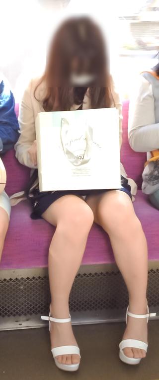 対面女性の逆三角形なデルタゾーンパンチラを盗撮したエロ画像 32枚 No.4