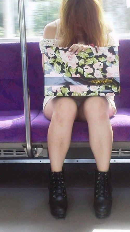 対面女性の逆三角形なデルタゾーンパンチラを盗撮したエロ画像 32枚 No.8