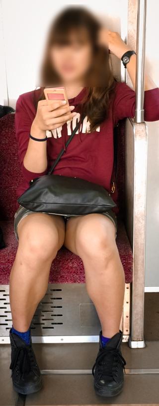 対面女性の逆三角形なデルタゾーンパンチラを盗撮したエロ画像 32枚 No.19