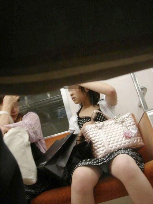 対面女性の逆三角形なデルタゾーンパンチラを盗撮したエロ画像 32枚 No.20